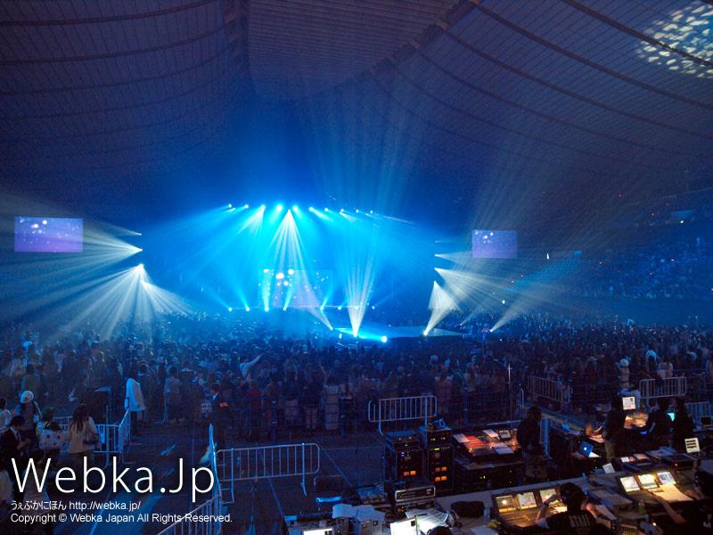 ステージとアリーナエリアの全体の様子、巨大モニターは3個