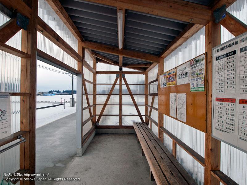 十和田観光電鉄線の大曲駅(おおまがりえき)の待合所