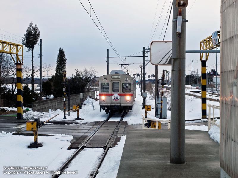 十和田観光電鉄線の柳沢駅(やなぎさわえき)に到着するクハ7901電車
