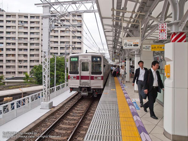 東武伊勢崎線(東武スカイツリーライン)とうきょうスカイツリー駅のホームと電車