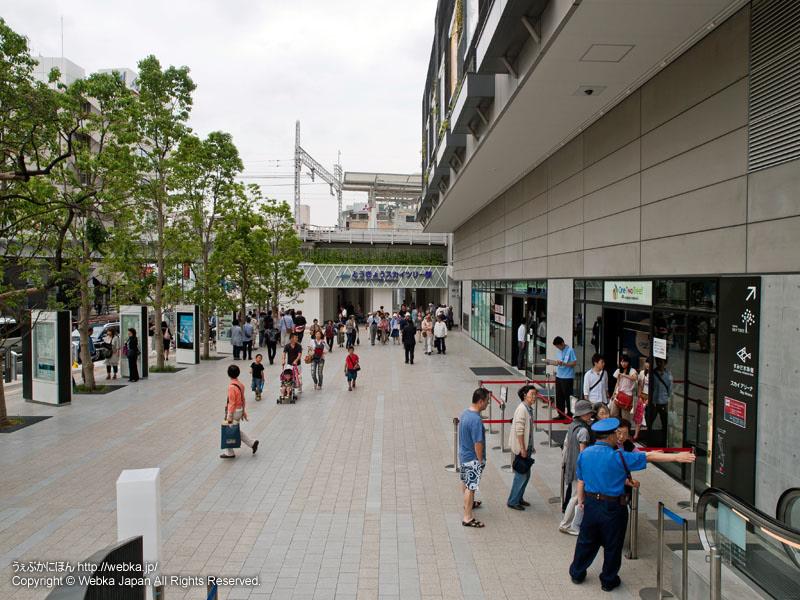 とうきょうスカイツリー駅(奥)と東京ソラマチ(右)