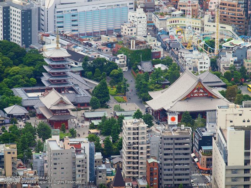 東京スカイツリー展望デッキから見た浅草寺と花やしき