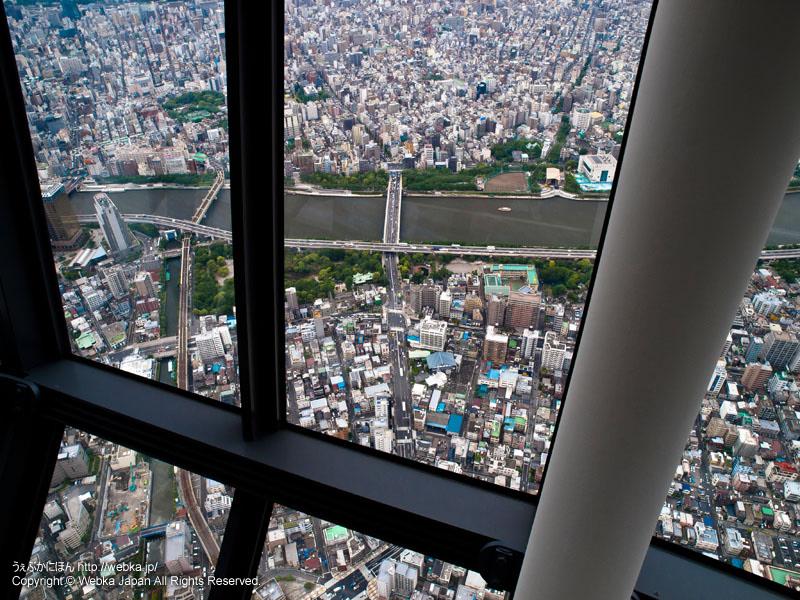 東京スカイツリー展望回廊から隅田川を見下ろす