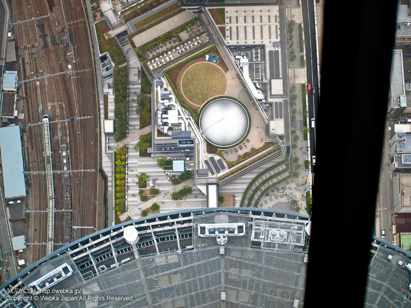 東京スカイツリー展望回廊から展望デッキとプラネタリウム天空を見下ろす