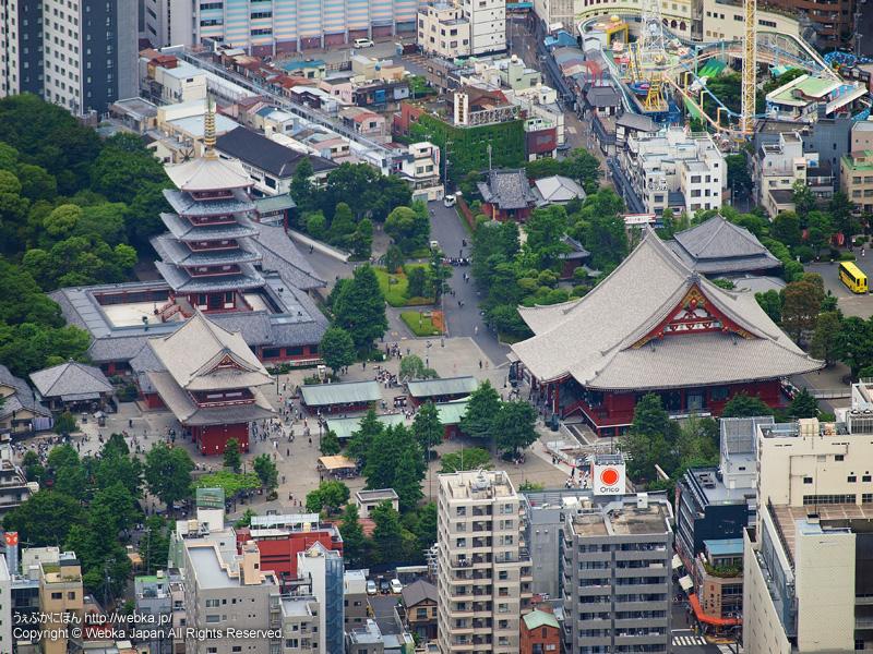 東京スカイツリー展望回廊から見た浅草寺と花やしき