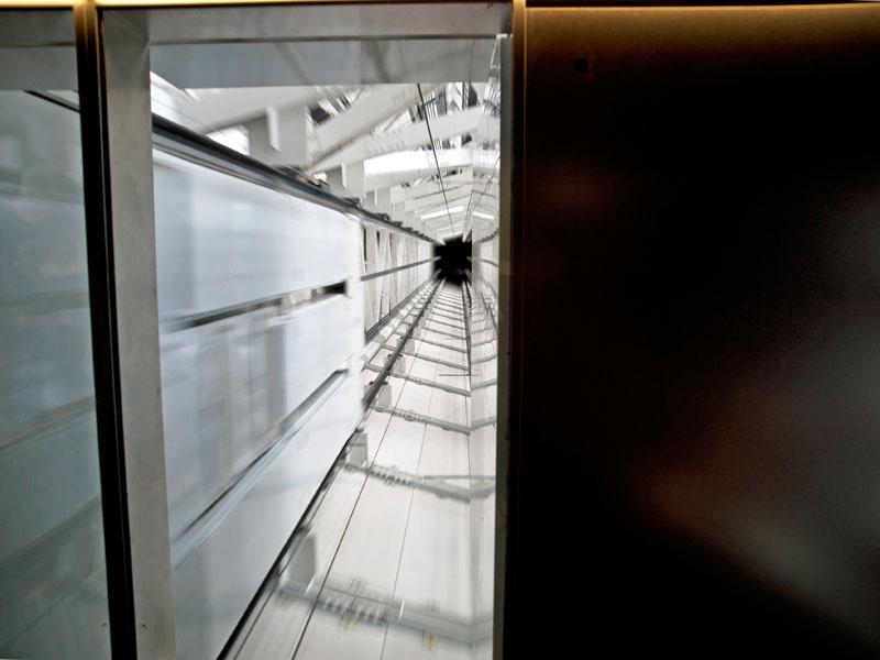 展望回廊から展望デッキへ戻るエレベーターの上部