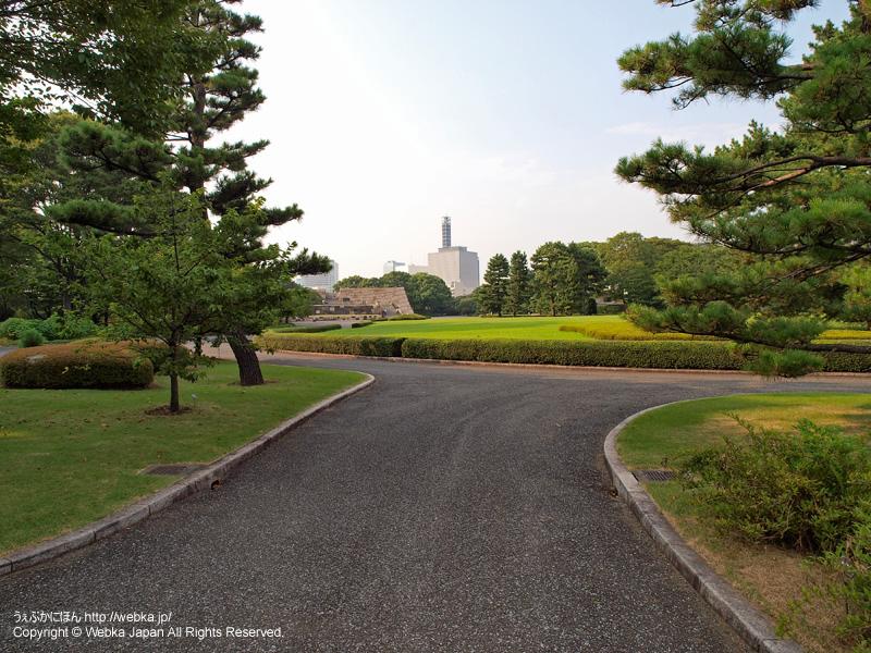 皇居東御苑 富士見櫓側の通路から江戸城本丸跡を望む