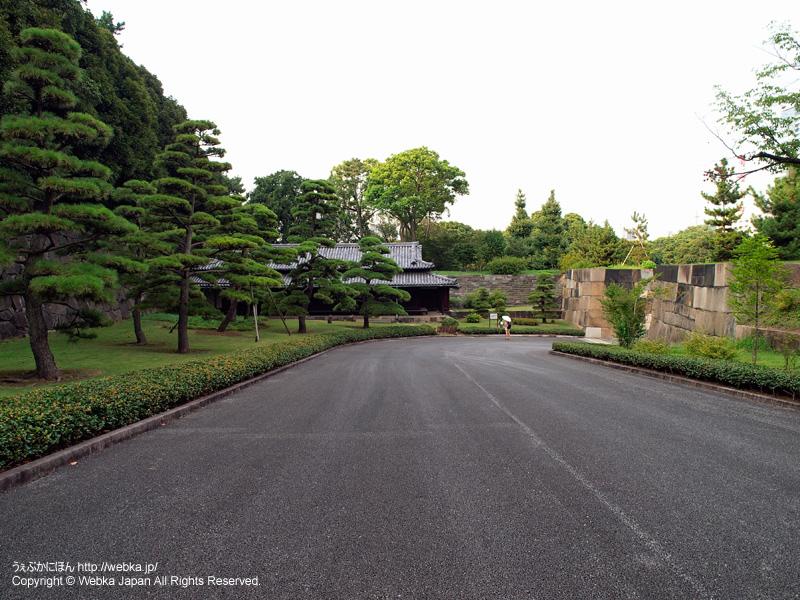 大番所前の通路、右側に中之門跡の石垣がある